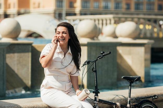 Stijlvolle volwassen vrouw praten over de telefoon Premium Foto