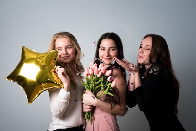 Stijlvolle vrolijke vrouwen plezier op feestje Gratis Foto