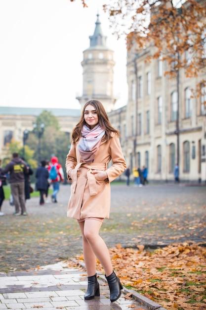 Stijlvolle vrouw in herfst park Premium Foto
