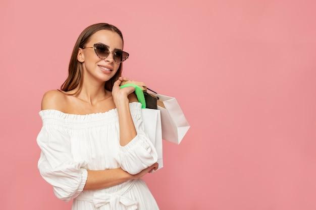 Stijlvolle vrouw met boodschappentassen Gratis Foto