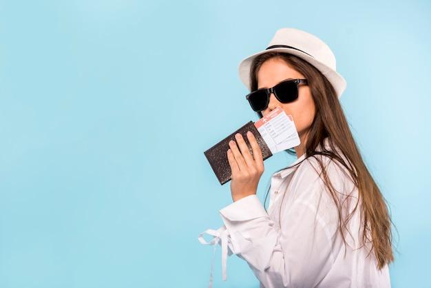 Stijlvolle vrouw met paspoort en kaartjes Gratis Foto