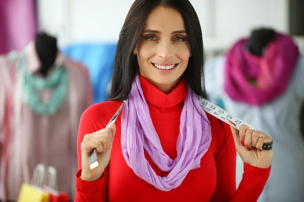 Stijlvolle vrouw modeontwerper holding meetlint Premium Foto