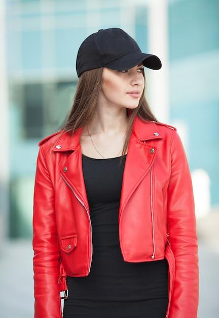 Stijlvolle vrouw op een straat in de stad op zomerdag Premium Foto