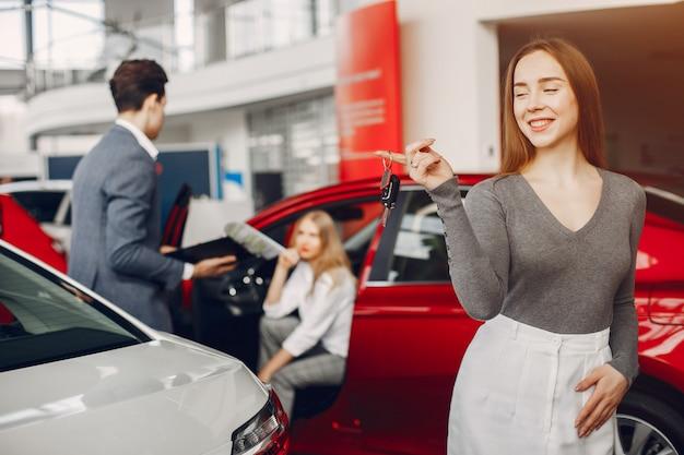 Stijlvolle vrouw twee in een autosalon Gratis Foto