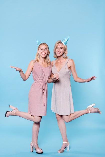 Stijlvolle vrouwen bij verjaardagsfeestje poseren Gratis Foto