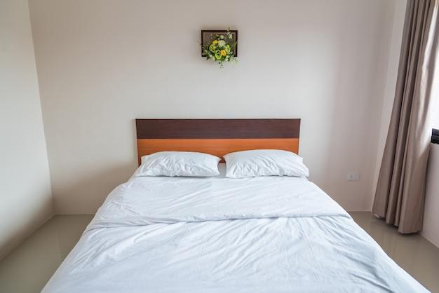De Witte Slaapkamer : Stijlvolle witte slaapkamer met een wit bed foto premium download