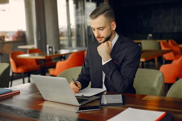 Stijlvolle zakenman die werkt in een café Gratis Foto