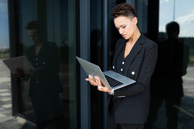 Stijlvolle zakenvrouw op het werk, concept van een sterke en zelfverzekerde vrouw Premium Foto