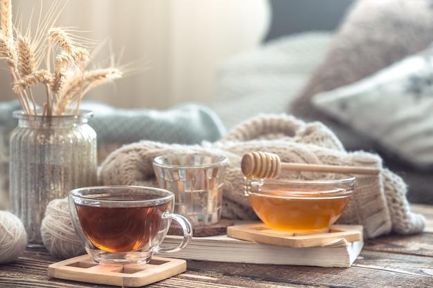 Stilleven details van interieur op een houten tafel met een kopje thee Premium Foto