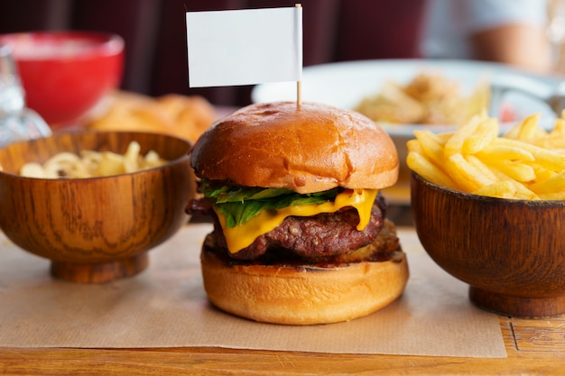 Stilleven met hamburger fast-food menu en frietjes Premium Foto