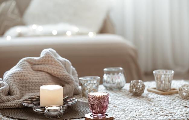 Stilleven met kaarsjes op tafel in de woonkamer. Gratis Foto