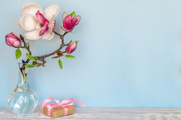 Stilleven met prachtige lente magnolia bloemen en geschenkdoos. moederdag achtergrond Premium Foto