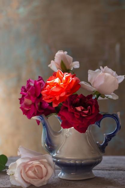 Stilleven met roos in oude theepot Premium Foto