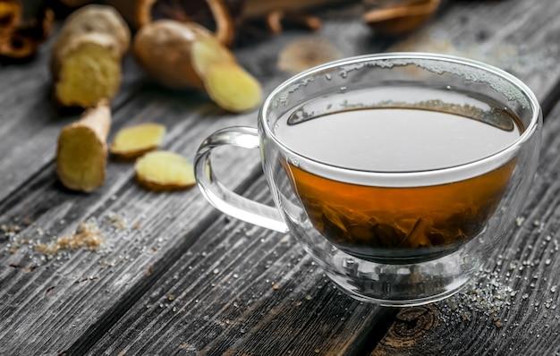 Stilleven met transparante kopje thee op houten Gratis Foto