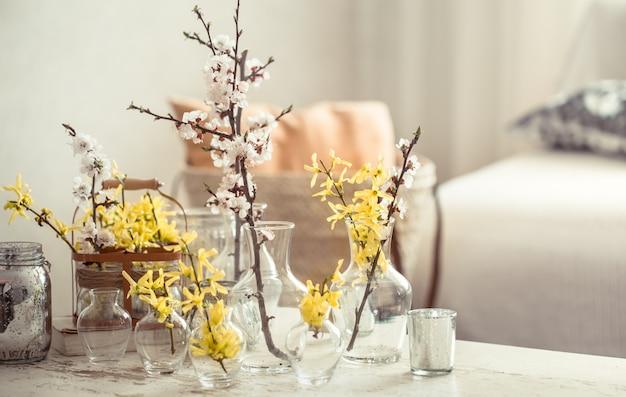 Stilleven met vazen met lentebloemen in de woonkamer Premium Foto