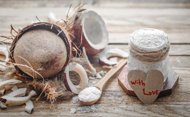 Stilleven valentijnsdag met kokos en hart, houten lepels met kokos op houten achtergrond Gratis Foto