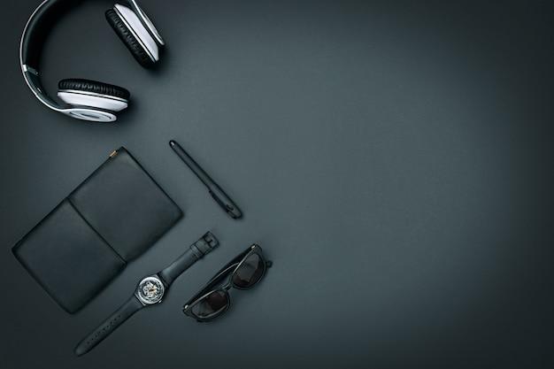 Stilleven van casual man. moderne mannelijke accessoires op zwart Gratis Foto