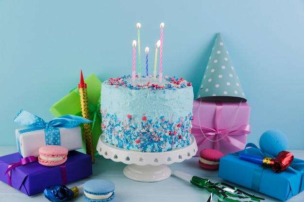 Stilleven van smakelijke verjaardagstaart met cadeautjes Gratis Foto