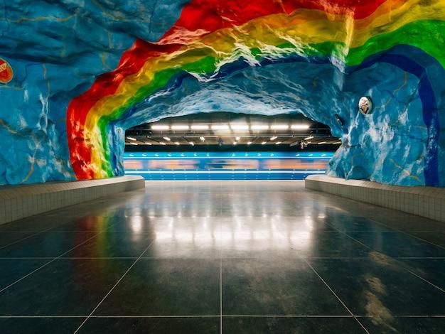 Stockholm underground met een schilderij van de trotse vlag aan de muur Gratis Foto