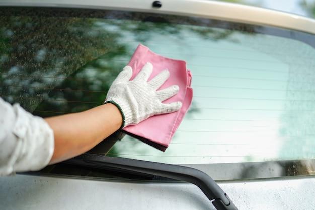 Stof aan de achterkant van de auto vuil maken. Premium Foto