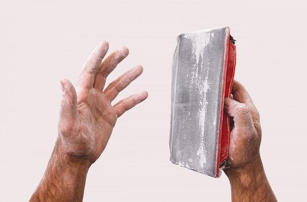 Stoffige handen van een arbeider en een hulpmiddel om stopverf te malen. Premium Foto