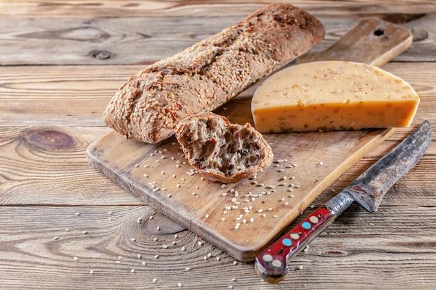 Stokbrood en kaas met kruiden en specerijen. lekker en gezond bio-food concept Premium Foto