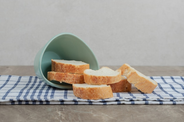 Stokbrood sneetjes brood uit kom op tafellaken. hoge kwaliteit foto Gratis Foto