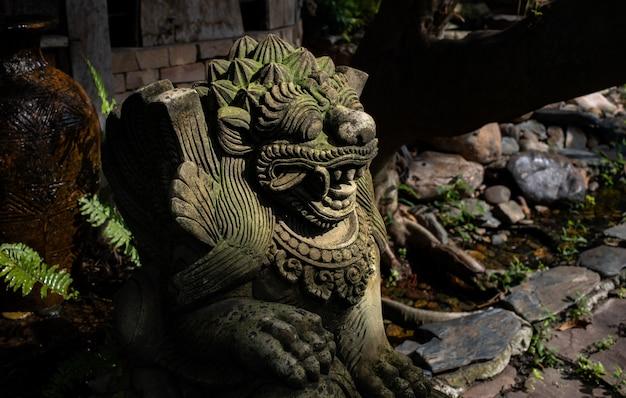 Stone lion standbeeld van bali Premium Foto