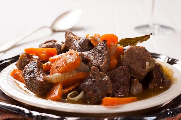 Stoofvlees met rundvlees en wortels Premium Foto