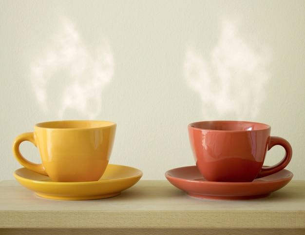 Stoomende koffiekopje op tafel Gratis Foto