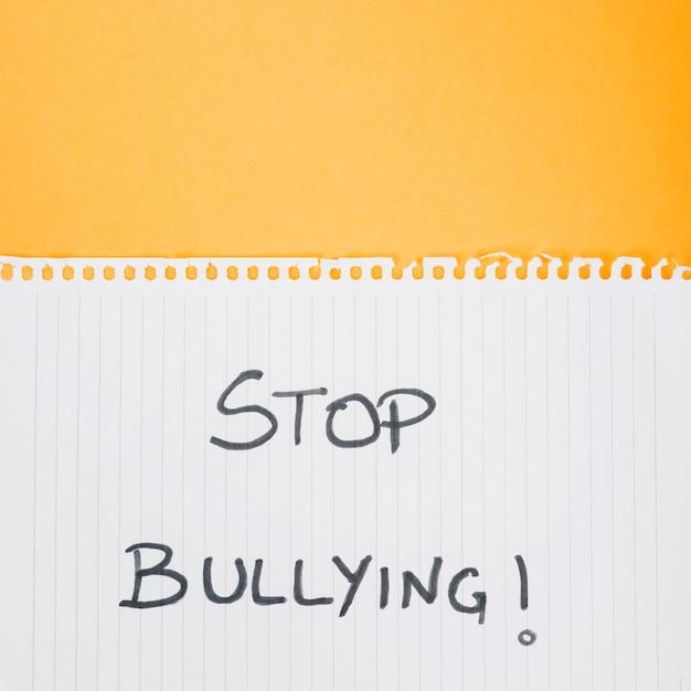 Stop pesten slogan op papieren blad Gratis Foto