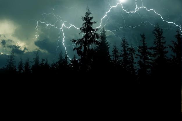 Stormachtige nachtachtergrond Gratis Foto