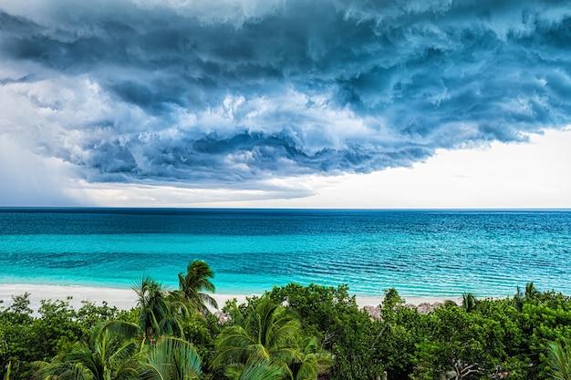 Stormwolk over oceaan en kustlijn Premium Foto