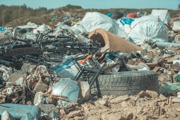 Storten van gemeentelijk afval in de natuur Premium Foto