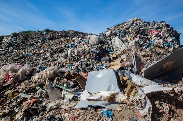 Stortplaats voor huishoudelijk afval, ecologische ramp, ecologieconcept Premium Foto