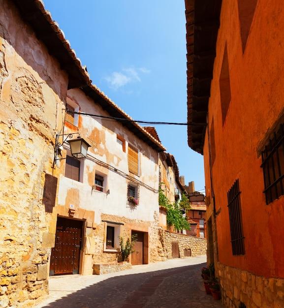 Straat van de oude spaanse stad in de zomer Gratis Foto