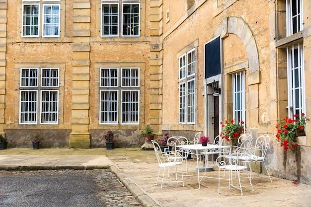 Straatcafé in de oude europese toeristenstad. Premium Foto