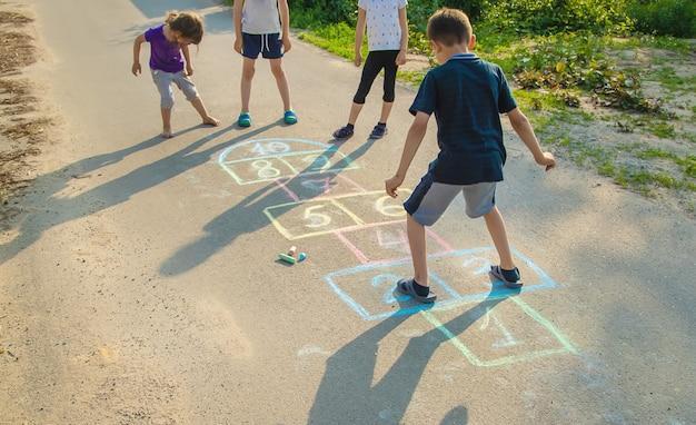 Straatkinderspellen in klassiekers Premium Foto