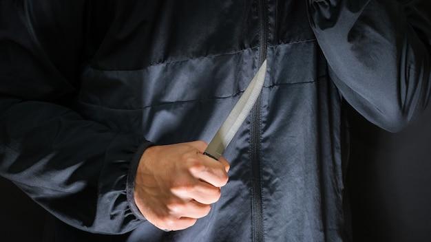 Straatrover met mes - moordenaar met scherp mes op het punt een moord te plegen. Premium Foto