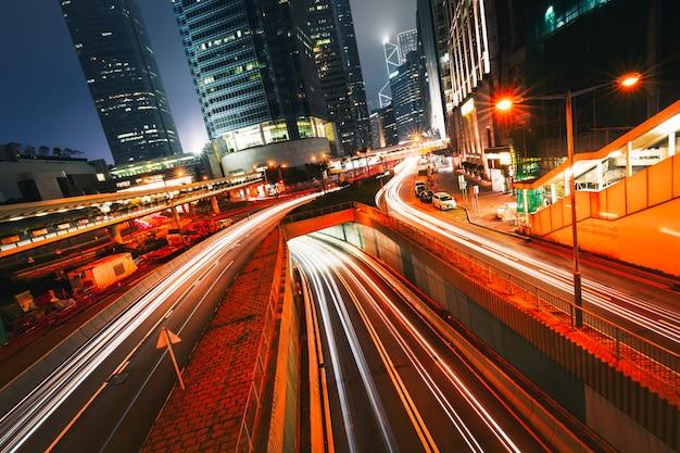 Straatverkeer bij schemeringzonsondergang in hong kong. Premium Foto