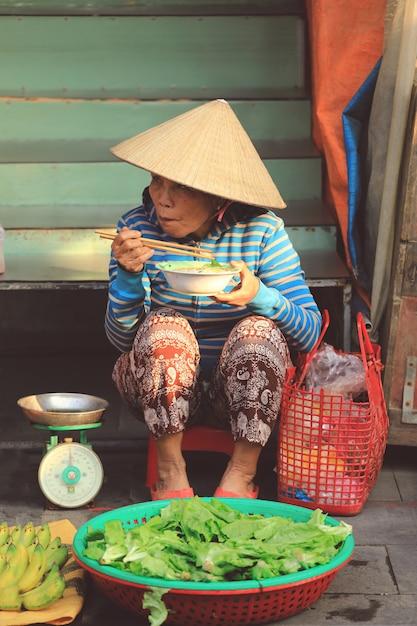 Straatverkopers die haar lunch in hanoi, vietnam hebben Premium Foto