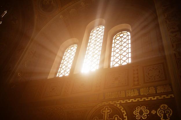 Stralen van het zonlicht in het tempelvenster Premium Foto