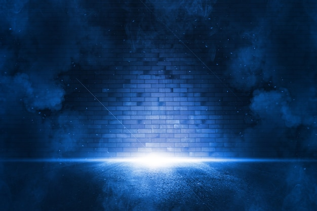 Stralen zoeklicht lichtblauw neon. donkere lege scène met rook. beschouwingen over nat asfalt. Premium Foto