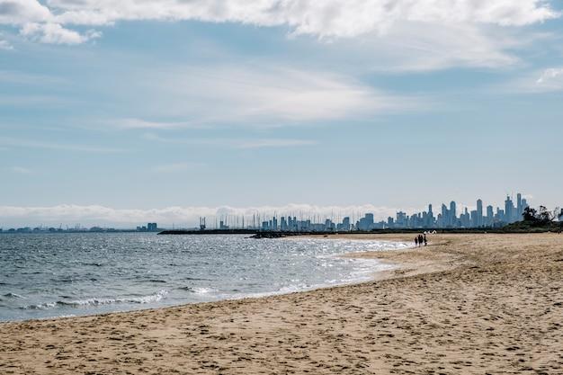 Strand en stadslandschap Gratis Foto