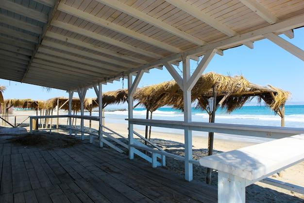 Strand gezien vanaf een houten constructie met dak Gratis Foto