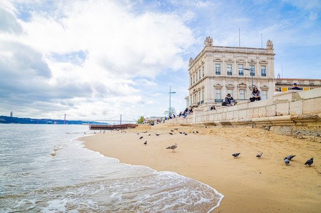 Strand in lissabon praãƒâ§a do comercio portugal, 12 november 2019 Premium Foto