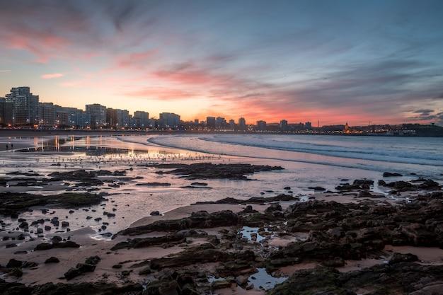 Strand tijdens een zonsondergang in gijon, spanje Gratis Foto