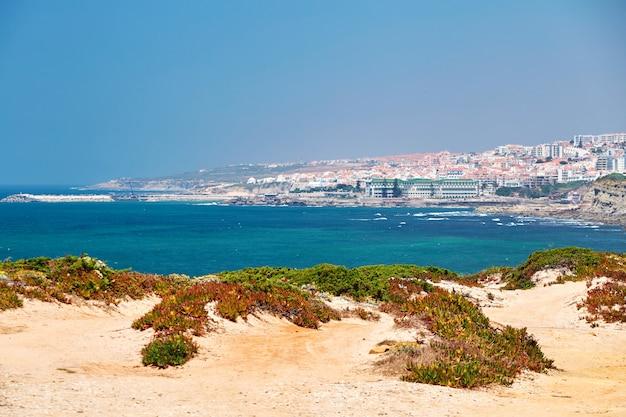 Strand van ericeira en stad Premium Foto