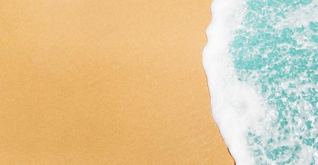 Strandachtergrond met golven en copyspace Gratis Foto