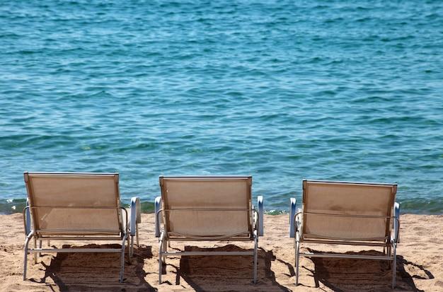 Strandfront met stoelen in cannes frankrijk Gratis Foto